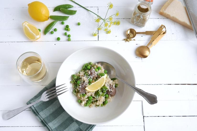 Frisse citroen risotto met sugar snaps, erwtjes en rundersaucijzen || cookedbyrenske