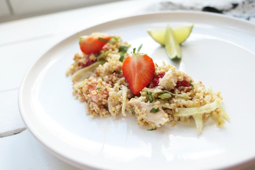 Zomerse salade met gestoomde bulgur, gerookte forel en gegrilde venkel || cookedbyrenske