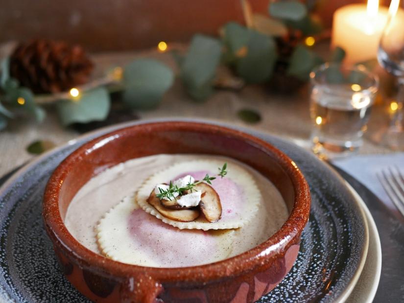 Kerstmenu voorgerecht; Glutenvrije raviolo met biet, geitenkaas en champignonsaus || cookedbyrenske