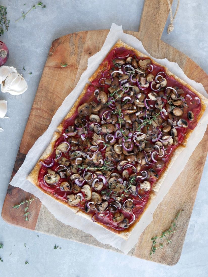 Vegan pizza met champignons en truffelolie