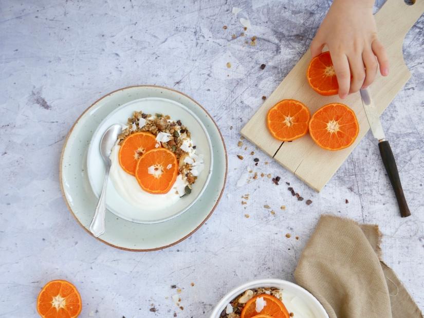 Yoghurt met zelfgemaakte granola en mandarijn