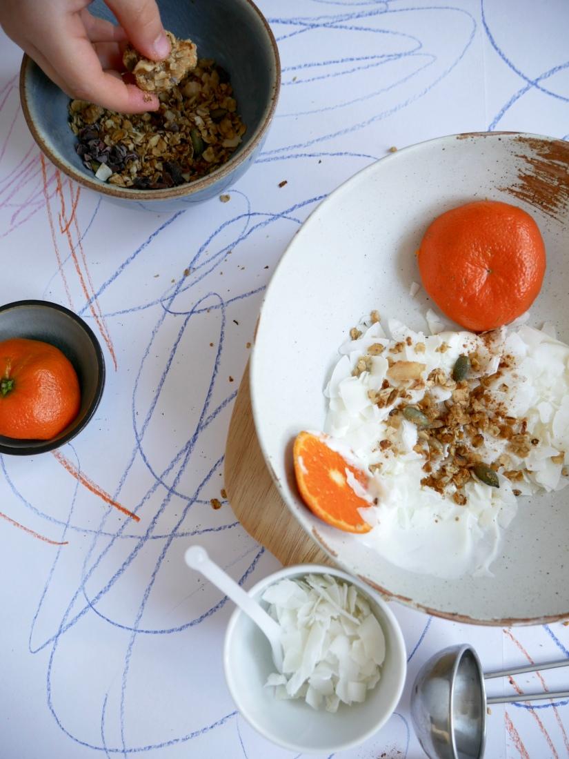 Yoghurt met zelfgemaakte granola en mandarijn door Sep gestyled