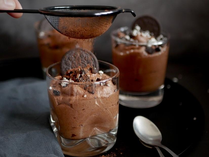 Vegan chocolademousse met Oreo en aquafaba || cookedbyrenske
