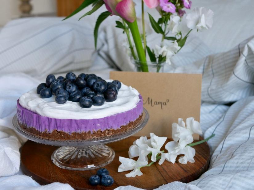 Vegan ontbijttaartje voor Moederdag met bosbessen en granolabodem || cookedbyrenske
