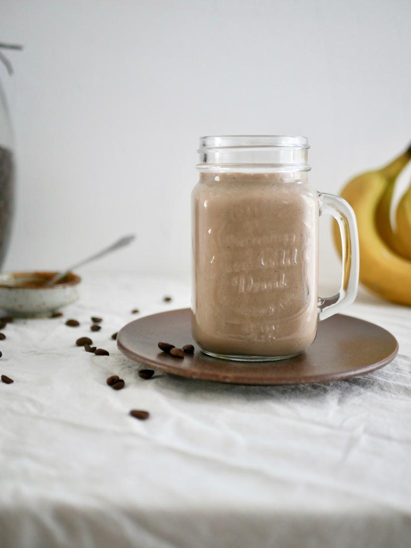 Overnight oats ontbijtshake met banaan, koffie en pindakaas || cookedbyrenske